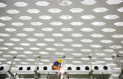 站在楼内朝上仰望,屋顶采用的六边形设计像蜂巢又像水面的波纹,极富图片